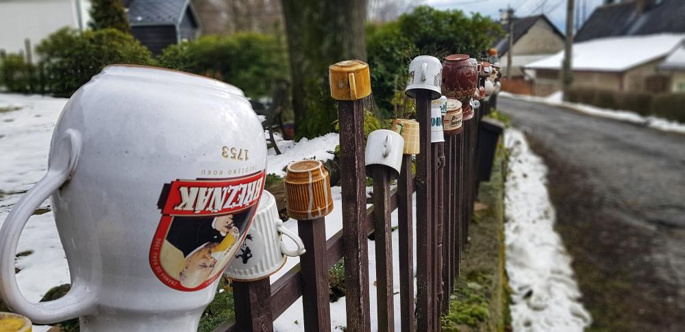 Hrnky na plotě